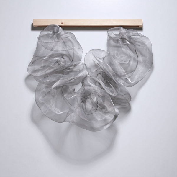 Camino V, 2018, malla metálica, acero y madera, 100 x 120 x 63 cm